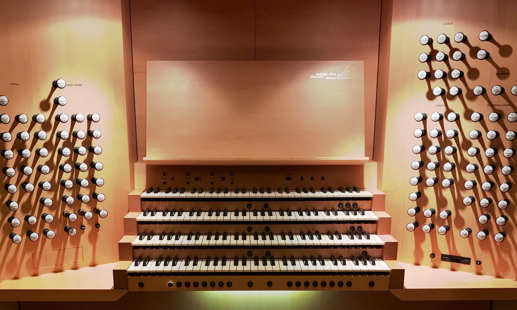 Der Spieltisch der Klais-Orgel im Haus der Musik in Moskau